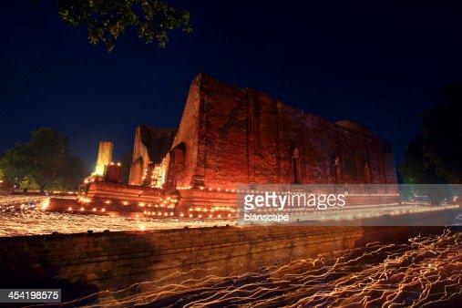Senderos de luz en la antigua templo en Ayuthaya : Foto de stock