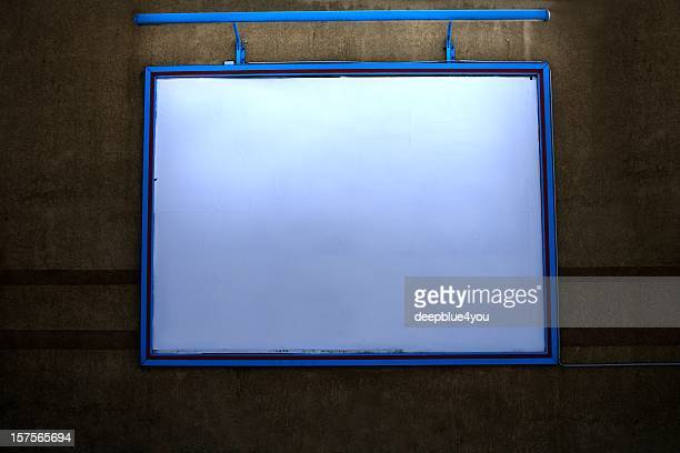 照明付きの屋外のビルボード/看板、copyspace の壁の夜