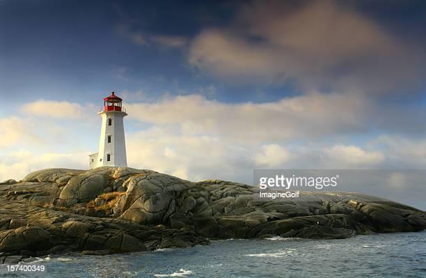 Leuchtturm an Peggy's Cove in Kanada mit einem stürmischen Himmel
