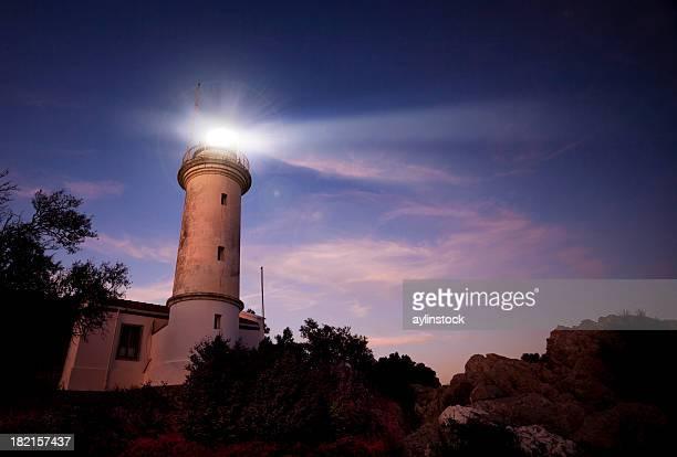Leuchtturm scheint in der Dämmerung