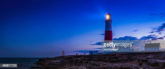 灯台海の海岸に輝く夕日英国ドーセットのポートランド手形