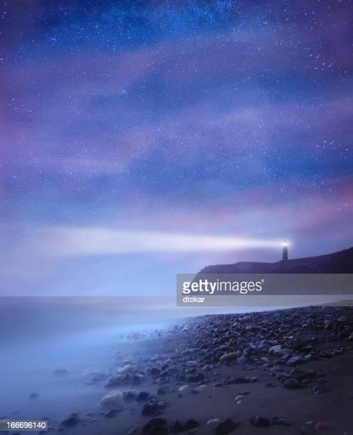 Leuchtturm mit Sternen bei Nacht