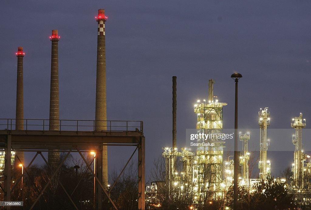 lights-illuminate-the-pck-oil-refinery-j