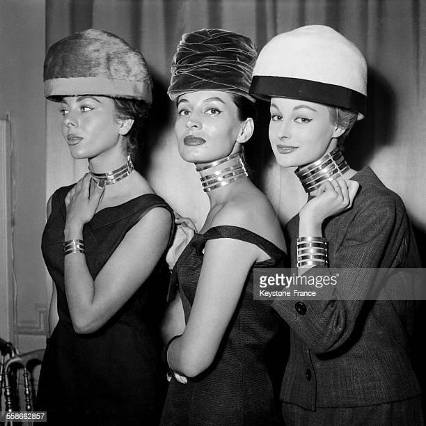 Ligne Collier 'cou de girafe et chapeaux casseroles' robes fourreaux Paris 1956