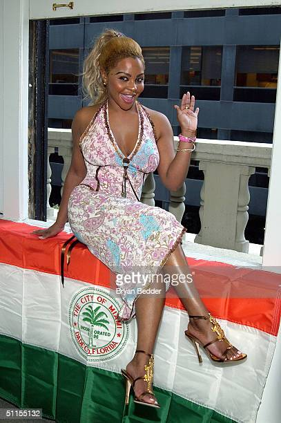 Lil Kim poses with the key to Miami at a press conference August 9 2004 in New York City