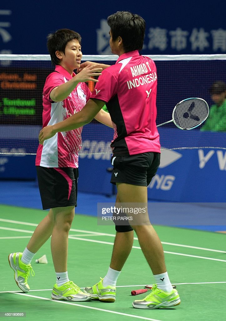 Liliyana Natsir (L) and Tontowi Ahmad (R) of Indonesia celebrate beating Julie Houmann and Anders Kristiansen of Denmark in the mixed doubles final at the China Open badminton tournament in Shanghai on November 17, 2013. The Indonesians won 21-10, 5-21, 21-17. AFP PHOTO/Peter PARKS