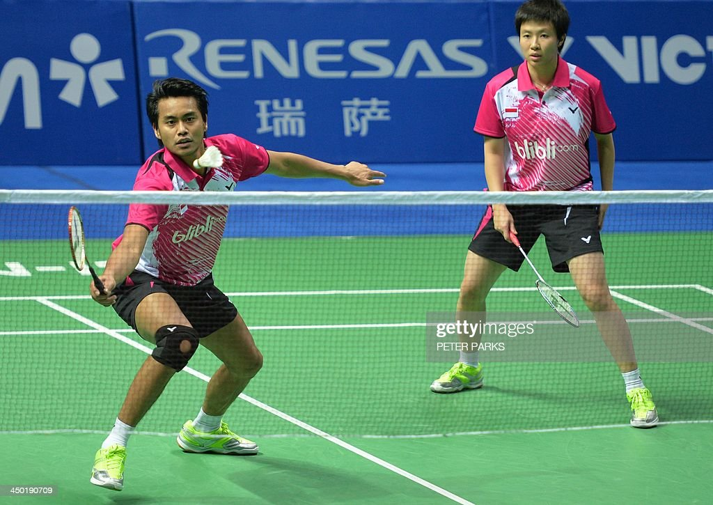 Liliyana Natsir (R) and Tontowi Ahmad (L) of Indonesia play Julie Houmann and Anders Kristiansen of Denmark in the mixed doubles final at the China Open badminton tournament in Shanghai on November 17, 2013. The Indonesians won 21-10, 5-21, 21-17. AFP PHOTO/Peter PARKS