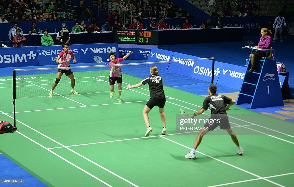 Liliyana Natsir (2nd-L) and Tontowi Ahmad (L) of Indonesia play Julie Houmann (2nd-R) and Anders Kristiansen (R) of Denmark in the mixed doubles final at the China Open badminton tournament in Shanghai on November 17, 2013. The Indonesians won 21-10, 5-21, 21-17. AFP PHOTO/Peter PARKS