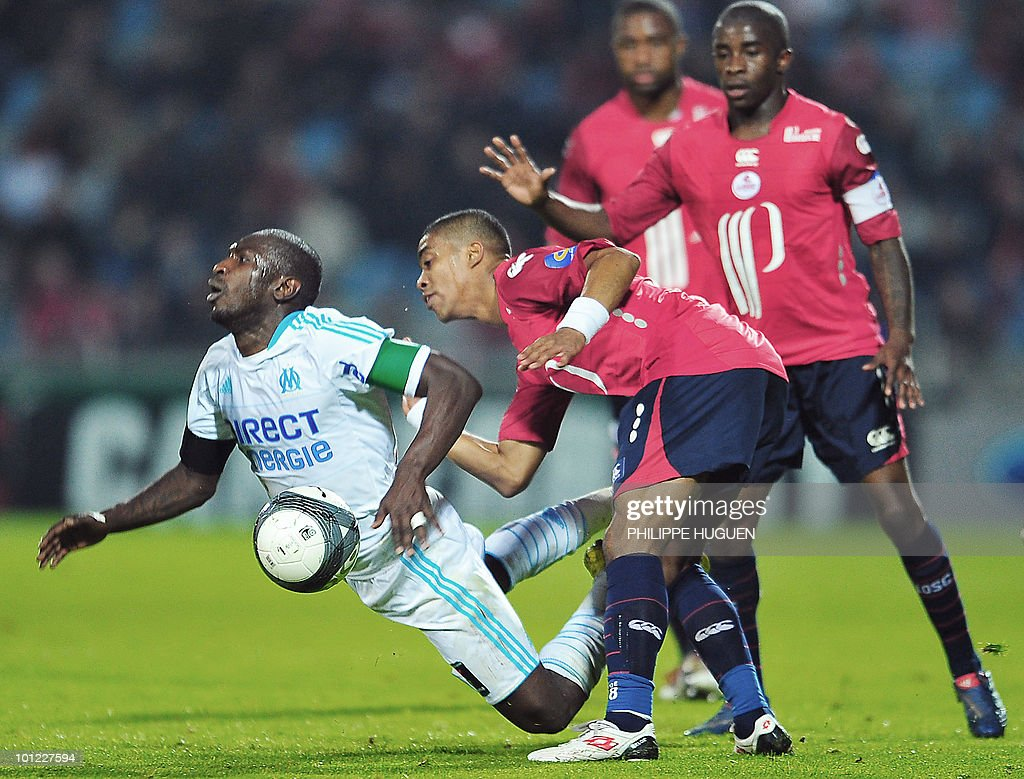 Lille's French defender Franck Beria (C) vies with Marseille's Senegalese forward Mamadou Niang (L) during the French L1 football match Lille vs. Marseille on May 8, 2010 at the Lille metropole stadium in Villeneuve d'Ascq, northern France.