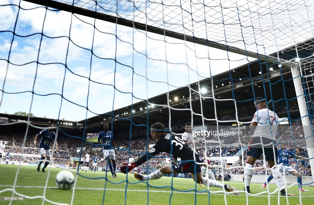 Lille's French forward Nicolas De Preville (C) playing as goalkeeper attempts to stop the ball crossing the goalline during the French L1 football match between Strasbourg (RCSA) and Lille (LOSC) at The Meinau Stadium in Strasbourg, eastern France on August 13, 2017. /