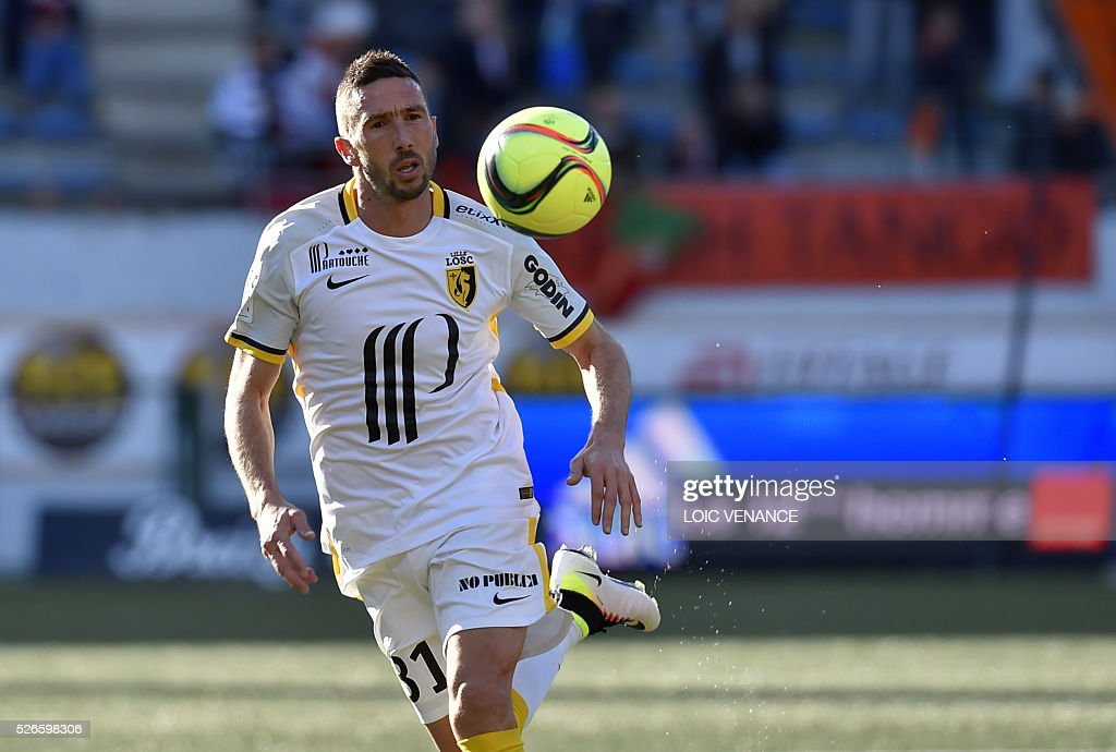 Lille's French midfielder Morgan Amalfitano runs with the ball during the French L1 football match Lorient vs Lille at the Moustoir stadium in Lorient, western France, on April 30, 2016.