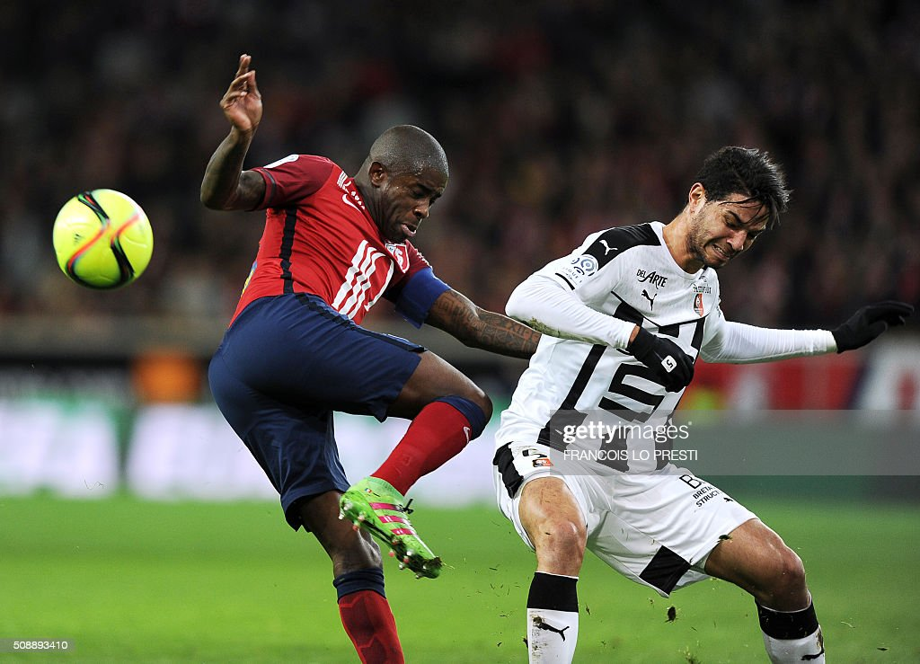 Lille's French midfielder Rio Mavuba (L) vies for the ball with during Rennes' Portuguese defender Pedro Teodosio Mendes during the French L1 football match between Lille (LOSC) and Rennes (SRFC) on February 7, 2016 at the Pierre-Mauroy stadium in Lille, northern France. AFP PHOTO / FRANCOIS LO PRESTI / AFP / FRANCOIS LO PRESTI