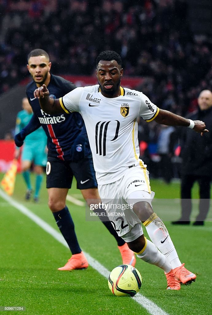 Lille's Ivorian forward Junior Tallo (R) runs with the ball in frotn of Paris Saint-Germain's French defender Layvin Kurzawa (L) during the French L1 football match between Paris Saint-Germain (PSG) and Lille (LOSC) at the Parc des Princes stadium in Paris, on February 13, 2016. AFP PHOTO / MIGUEL MEDINA / AFP / MIGUEL MEDINA