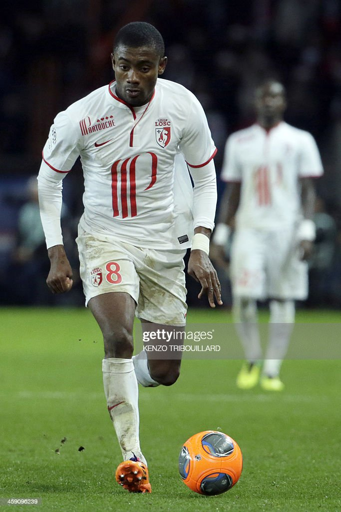 Lille's Ivorian forward Salomon Kalou runs with the ball during the French L1 football match between Paris Saint-Germain (PSG) and Lille (LOSC) in Paris on December 22, 2013.