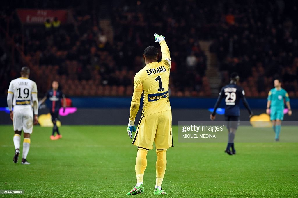 Lille's Nigerian goalkeeper Vincent Enyeama gestures during the French L1 football match between Paris Saint-Germain (PSG) and Lille (LOSC) at the Parc des Princes stadium in Paris, on February 13, 2016. AFP PHOTO / MIGUEL MEDINA / AFP / MIGUEL MEDINA