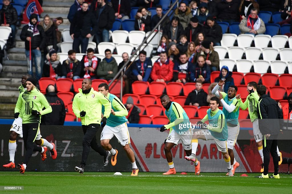 Lille's players warm up before the French Ligue 1 football match between Paris Saint Germain (PSG) and Lille (LOSC) at the Parc des Princes stadium in Paris, on February 13, 2016. AFP PHOTO / MIGUEL MEDINA / AFP / MIGUEL MEDINA