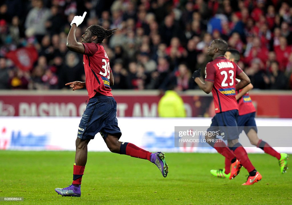 Lille's Portuguese forward Eder (L) celebrates after scoring a goal during the French L1 football match between Lille (LOSC) and Rennes (SRFC) on February 7, 2016 at the Pierre-Mauroy stadium in Lille, northern France. AFP PHOTO / FRANCOIS LO PRESTI / AFP / FRANCOIS LO PRESTI