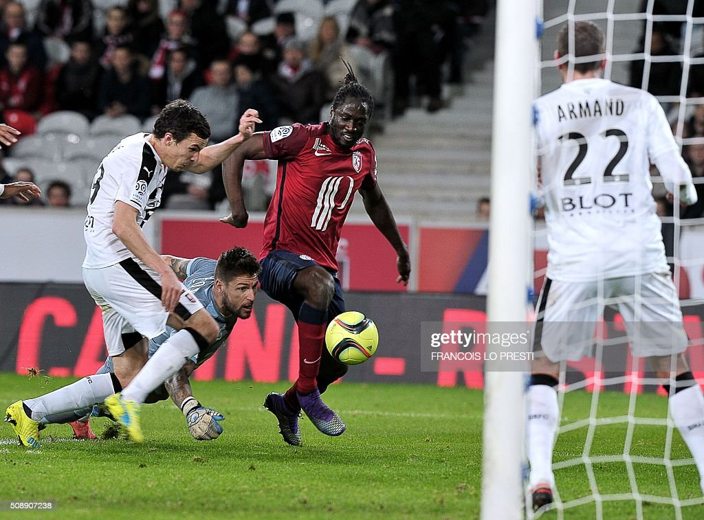 Lille's Portuguese forward Eder (C) vies for the ball with Rennes' French defender Romain Danze (L) and Rennes' French goalkeeper Benoit Costil (2nd L) during the French L1 football match between Lille (LOSC) and Rennes (SRFC) on February 7, 2016 at the Pierre-Mauroy stadium in Lille, northern France. AFP PHOTO / FRANCOIS LO PRESTI / AFP / FRANCOIS LO PRESTI