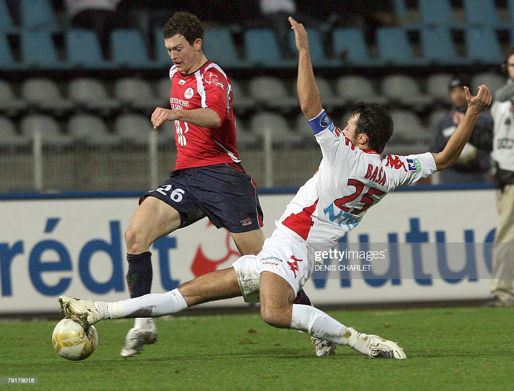 Lille's Suiss defender St?phan Lichtsteiner (L) vies with Le Mans' Mont?n?gro d?fender Marko Basa during the French L1 football match Lille vs. Le Mans, 23 January 2008 at Lille metropole stadium in Villeneuve-d'Ascq.