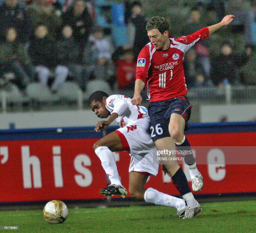 Lille's Swiss defender St?phan Lichtsteiner (R) vies with Le Mans defender Ludovic Baal during the French L1 football match Lille vs. Le Mans, 23 January 2008 at Lille metropole stadium in Villeneuve-d'Ascq.
