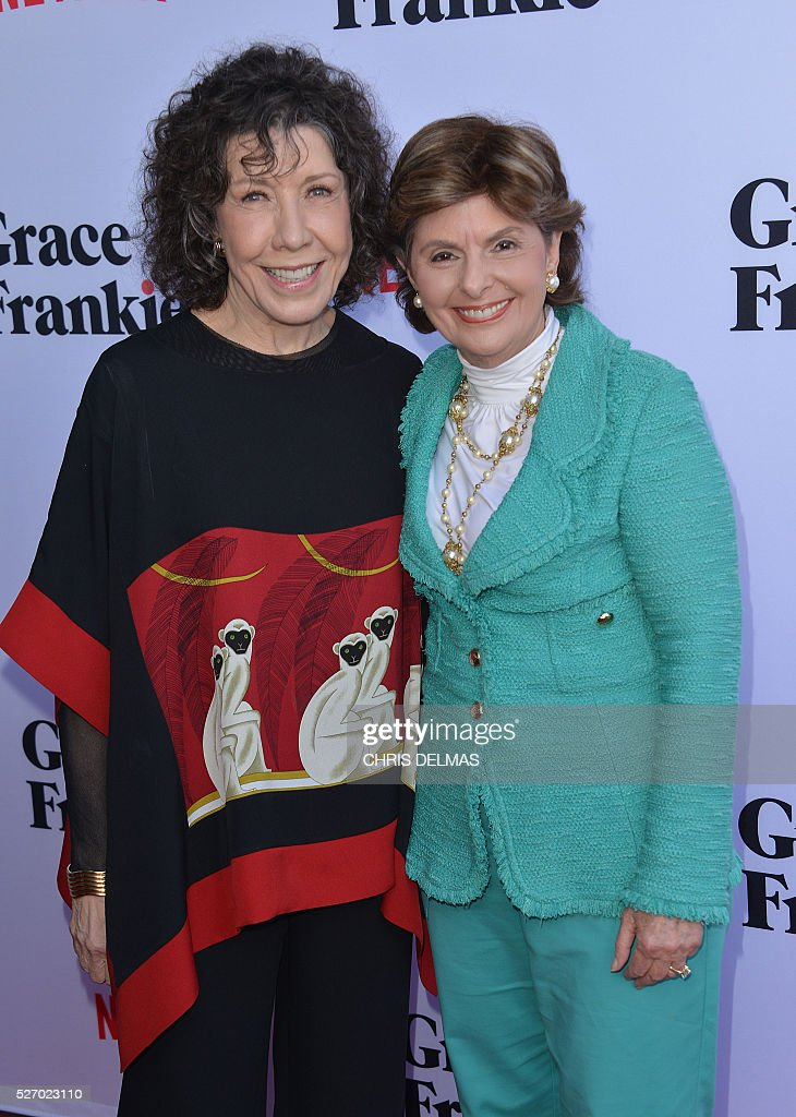 Lily Tomlin (L) and Gloria Allred (R) attend the Season 2 Premiere of Grace and Frankie, in Los Angeles, California, on May 1, 2016. / AFP / CHRIS