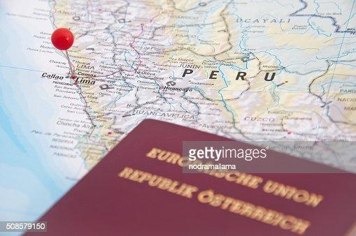リマ、ペルー、レッドピンおよびパスポート、クローズアップのマップ。 : ストックフォト