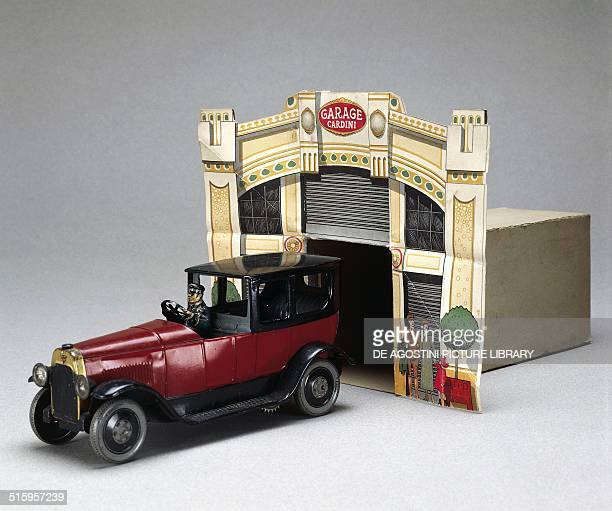 Limousine tin toy car with cardboard garage made by Cardini Italy 20th century Milan Museo Del Giocattolo E Del Bambino