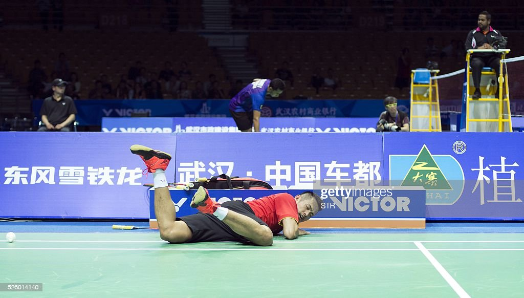 Lin Dan of China falls during the men's singles quarter-final match against Lee Dong Keun of South Korea at the 2016 Badminton Asia Championships in Wuhan, central China's Hubei province on April 29, 2016. / AFP / STR