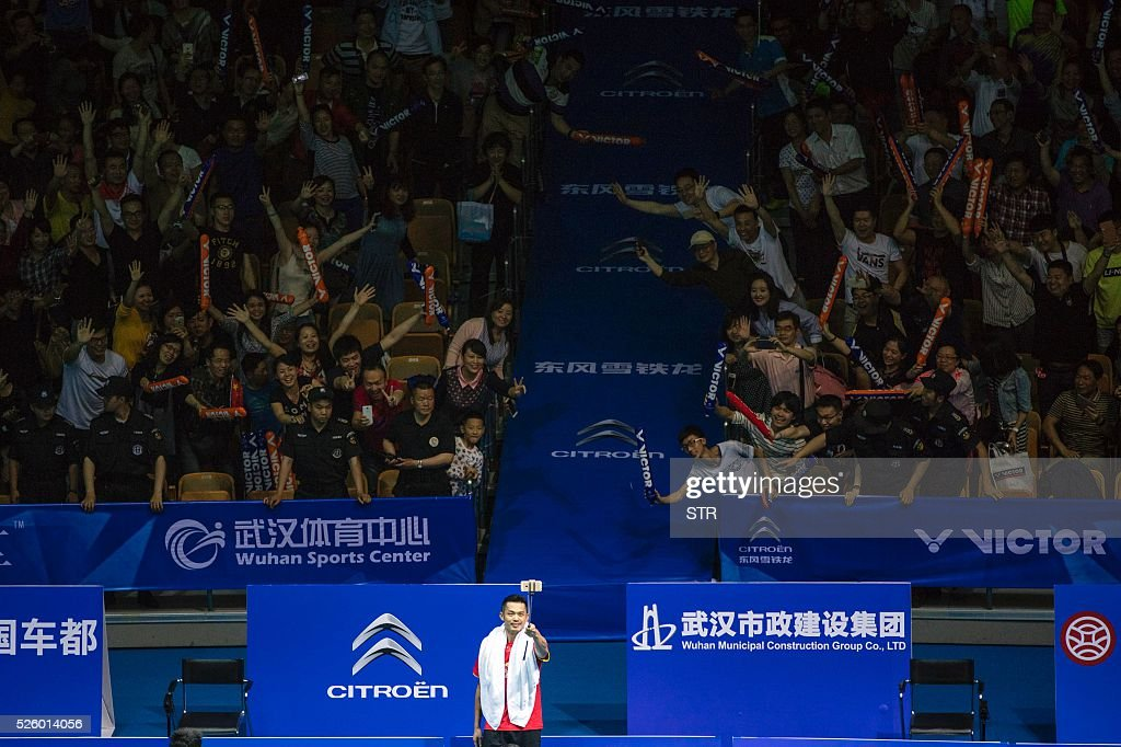 Lin Dan (C) of China uses selfie sticks to take photos with fans after winning the men's singles quarter-final match against Lee Dong Keun of South Korea at the 2016 Badminton Asia Championships in Wuhan, central China's Hubei province on April 29, 2016. / AFP / STR