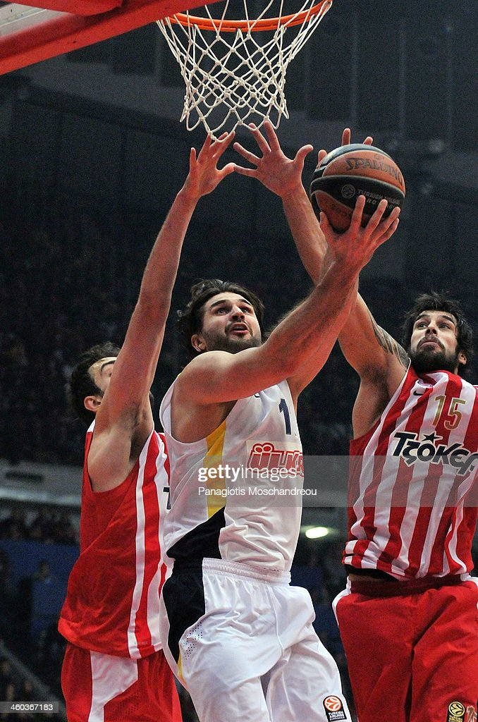 <a gi-track='captionPersonalityLinkClicked' href=/galleries/search?phrase=Linas+Kleiza&family=editorial&specificpeople=211014 ng-click='$event.stopPropagation()'>Linas Kleiza</a>, #11 of Fenerbahce Ulker Istanbul competes with Georgios Printezis, #15 of Olympiacos Piraeus during the 2013-2014 Turkish Airlines Euroleague Top 16 Date 1 game between Olympiacos Piraeus v Fenerbahce Ulker Istanbul at Peace and Friendship Stadium on January 3, 2014 in Athens, Greece.