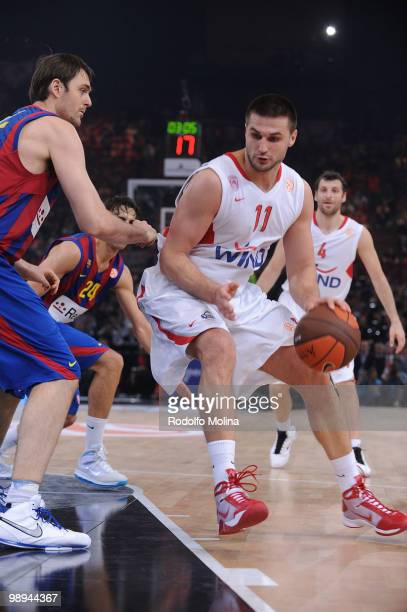 Linas Kleiza #11 of Olympiacos Piraeus in action during the Euroleague Basketball Final Four Final Game between Regal FC Barcelona vs Olympiacos at...