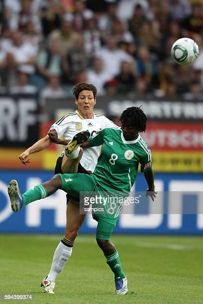 Linda Bresonik GER gegen Ebere ORJI Nigeria Vorrunde Gruppe A Deutschland Nigeria 10 FifA Frauen Fussball WM Weltmeisterschaft 2011 in Deutschland...