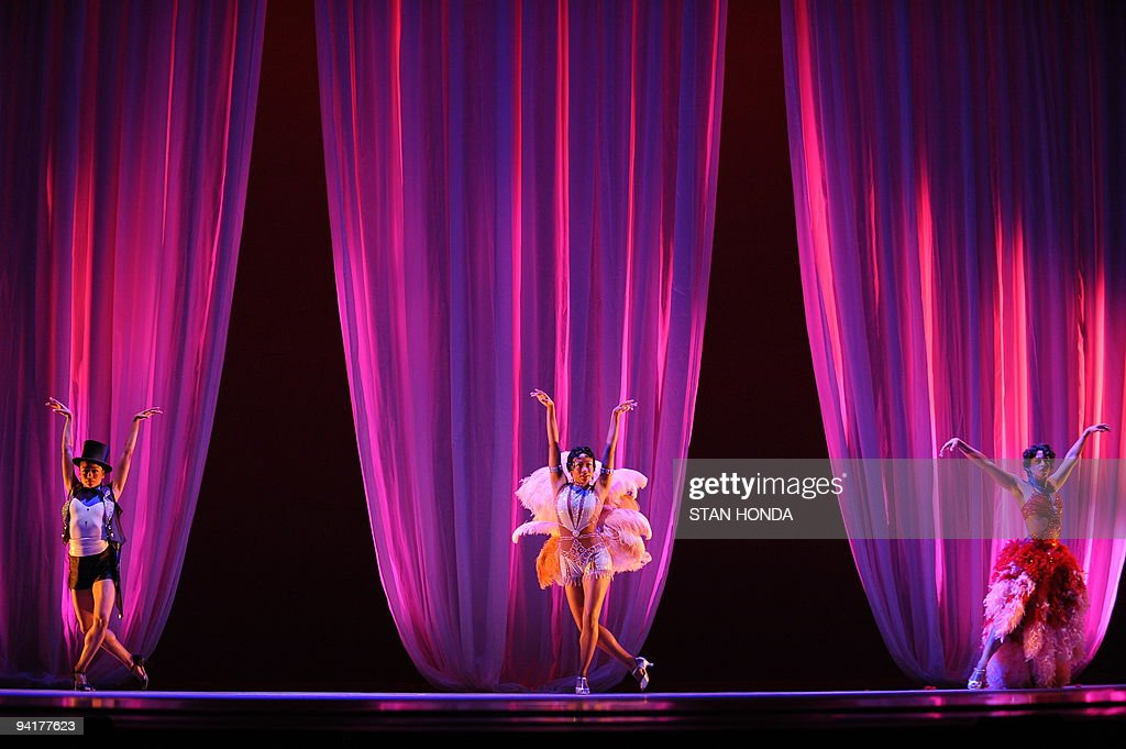 Linda Celeste Sims (L), Rosalyn Deshauteurs (C) and Tina Monica Williams (R) of the Alvin Ailey American Dance Theater during dress rehearsal of 'Uptown', chorographed by Matthew Rushing, December 9, 2009 in New York. The performance highlights key events of the Harlem Renaissance era in the 1920's. AFP PHOTO/Stan Honda