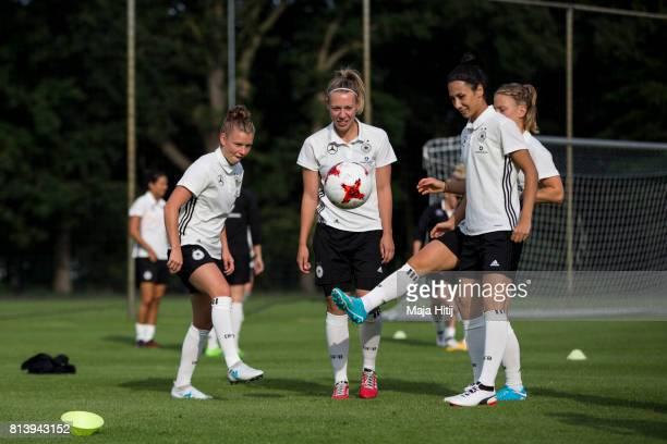 'SHERTOGENBOSCH NETHERLANDS JULY 13 Linda Dallmann Kristin Demann and Sara Doorsoun warm up during a Germany Women's Training on July 13 2017 in...