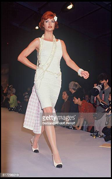 Linda Evangelista Chanel ready to wear fashion show spring summer 1992 collection in Paris