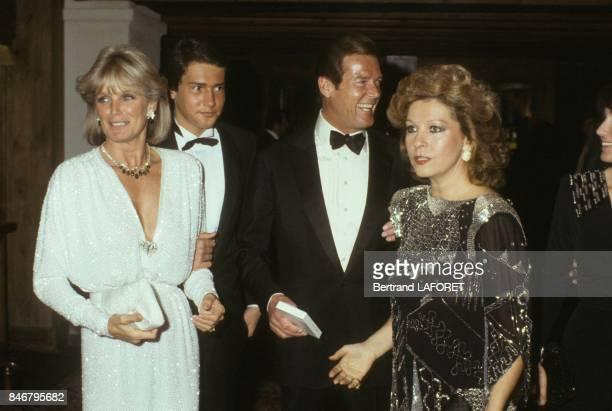 Linda Evans en compagnie de Roger Moore et son epouse Luisa arrivent a une soiree Van Cleef Et Arpels le 28 decembre 1983 a Gstaad Suisse