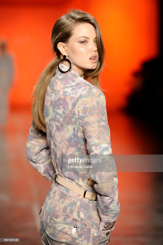 Linday Wixson walks the runway during Ellus show during Sao Paulo Fashion Week Summer 2013/2014 on March 19, 2013 in Sao Paulo, Brazil.