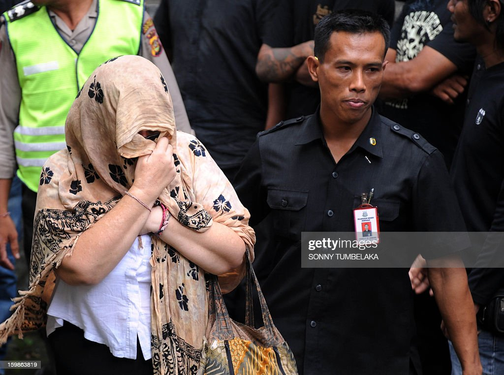 Lindsay June Sandiford (L) of Britain is escorted by a prosecutor as she arrives at a court in Denpasar on the Indonesian resort island of Bali on January 22, 2013. An Indonesian court on January 22 sentenced 56-year-old Sandiford to death for smuggling cocaine into the resort island of Bali.