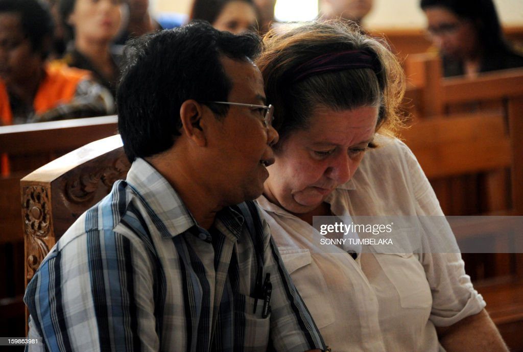 Lindsay June Sandiford (R) of Britain listens from her interpreter (L) during trial at a court in Denpasar on the Indonesian resort island of Bali on January 22, 2013. An Indonesian court on January 22 sentenced 56-year-old Sandiford to death for smuggling cocaine into the resort island of Bali.