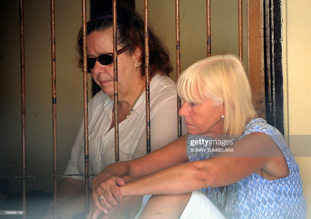 Lindsay June Sandiford (L) of Britain speaks with her sister Hillary Parsons (R) at holding cell after her trial at a court in Denpasar on the Indonesian resort island of Bali on January 22, 2013. An Indonesian court on January 22 sentenced 56-year-old Sandiford to death for smuggling cocaine into the resort island of Bali.