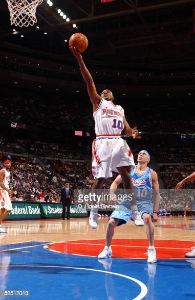 Lindsey Hunter of the Detroit Pistons shoots against Mike Bibby of the Sacramento Kings on March 30 2005 at the Palace of Auburn Hills in Auburn...