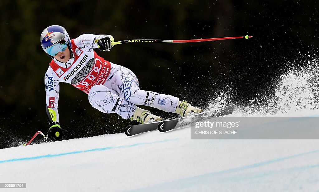 Lindsey Vonn from USA races down the hill during the Ladies Super G competition race at the FIS Alpine Skiing World Cup in Garmisch-Partenkirchen, southern Germany, on February 7, 2016. Lara Gut from Switzerland won the competition, Viktoria Rebensburg from Germany placed second and Lindsey Vonn from USA placed third. / AFP / Christof STACHE