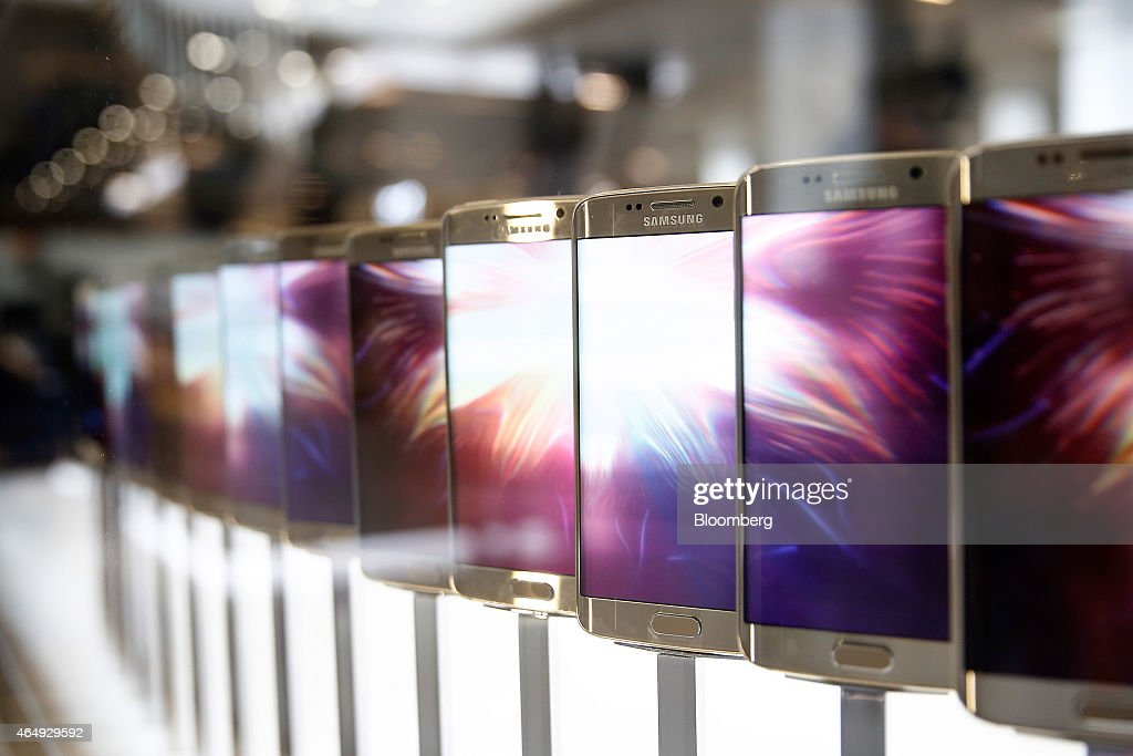 A line of Galaxy S6 Edge smartphone devices sit on display following its launch at a Samsung Electronics Co news conference ahead of the Mobile World...