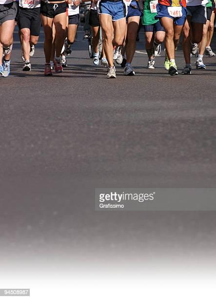 Ligne de coureurs de marathon sur la ville de professionnels