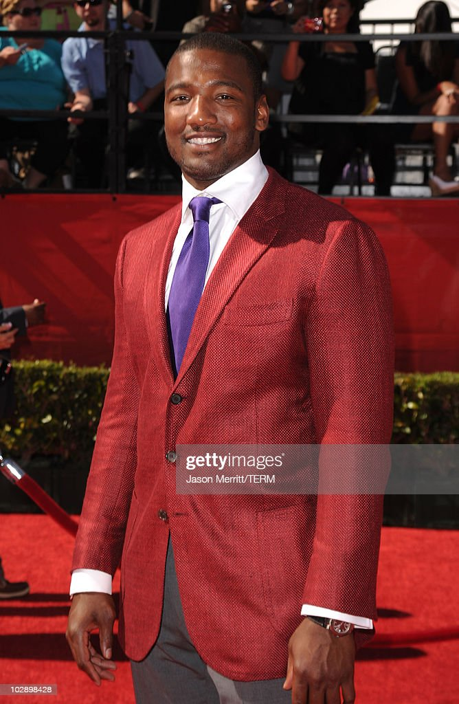 NFL linebacker <a gi-track='captionPersonalityLinkClicked' href=/galleries/search?phrase=Shaun+Phillips&family=editorial&specificpeople=583097 ng-click='$event.stopPropagation()'>Shaun Phillips</a> arrives at the 2010 ESPY Awards at Nokia Theatre L.A. Live on July 14, 2010 in Los Angeles, California.