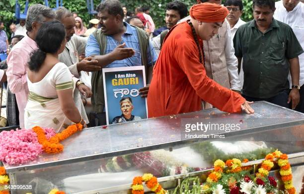 Lingayat leader Basava Jaya Mruthyunjaya Swamiji paying last respect to the mortal remains of the slain journalist Gauri Lankesh at Town Hall on...