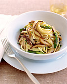 Linguini with asparagus and mushrooms