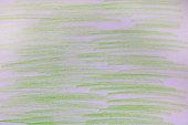 Hell grüne Kreidestriche auf Papier.