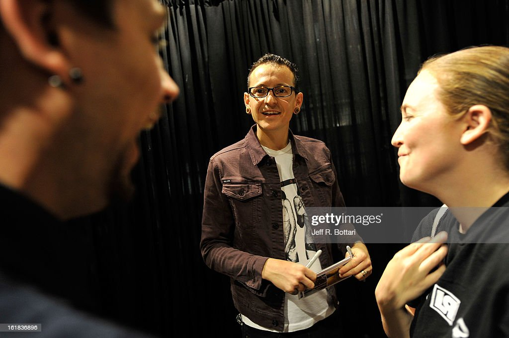 linkin park signs autographs at club tattoo getty images