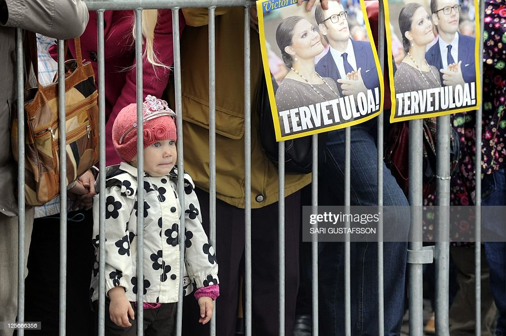 Linn, a little girl wearing a tiara, looks at Swedish Crown Princess Victoria and Prince Daniel greeting a crowd at a marketplace in Turku on September 20, 2011. The Swedish princess and her husband are on a two-day visit to Turku, the 2011 European Culture Capital. AFP PHOTO / SARI GUSTAFSSON - FINLAND OUT -
